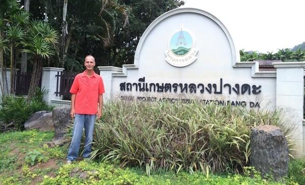 2Alan-Dronkers-in-fron-the-Thai-Royal-Institute-for-Agriculture-600x363