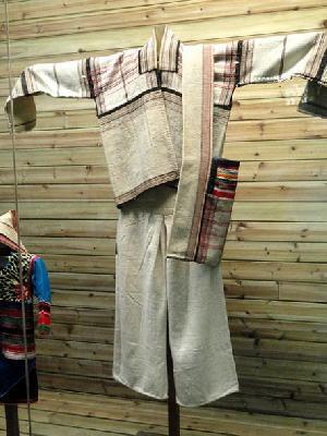 450px-Jino_man_cotton-and-hemp_clothes_-_Yunnan_Nationalities_Museum_-_DSC04302-443x590