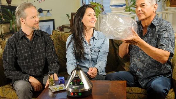 group-vaporizing-marijuana_3904-1024x819-780x438